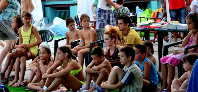 (Srpski) Učenje jezika manjina na novosadskoj plaži