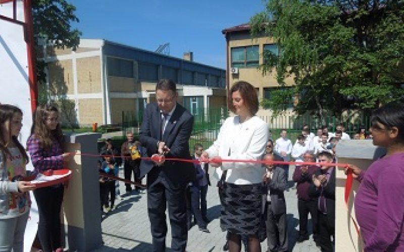 (Srpski) Svečano otvoren Trg i letnja pozornica u Jabuci