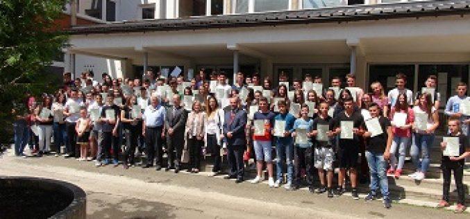 (Srpski) Dodijeljene diplome u Novom Pazaru, Tutinu i Sjenici