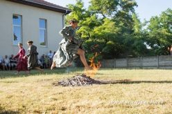 (Srpski) Priskakanje vatre na Sv. Ivana Cvitnjaka
