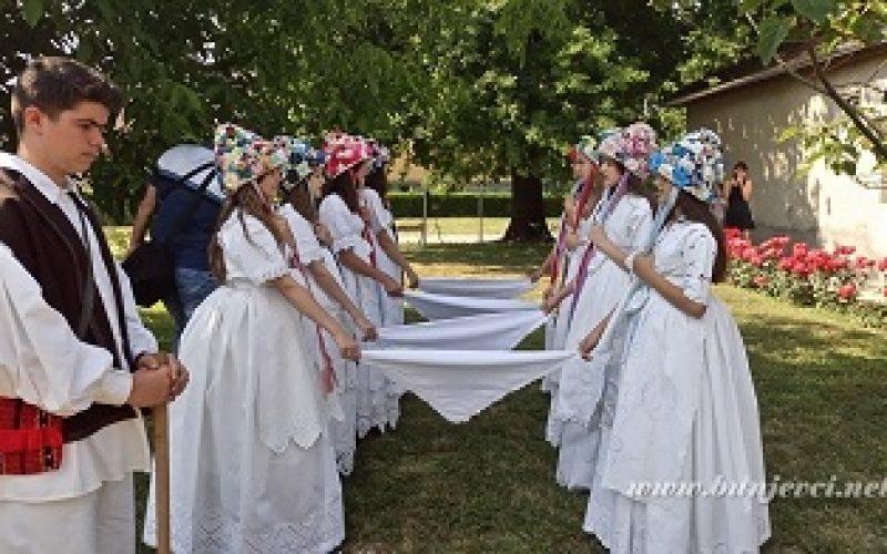"""(Srpski) BKC """"Tavankut"""" prikazo običaj Kraljice na Dove"""