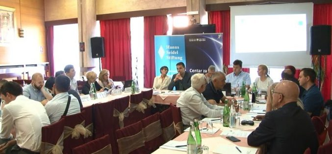 (Srpski) Decentralizacija i nacionalne manjine