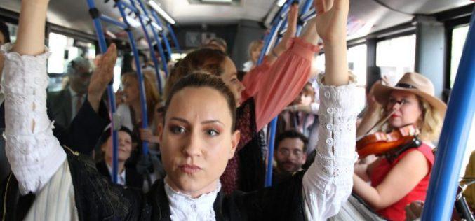 Ambasador Fabrici sa Beograđanima na predstavi odigranoj u gradskom autobusu