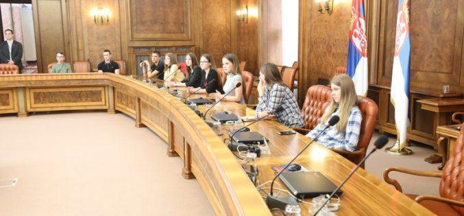 """Učenici škole """"Petro Kuzmjak"""" obišli zgradu Vlade"""