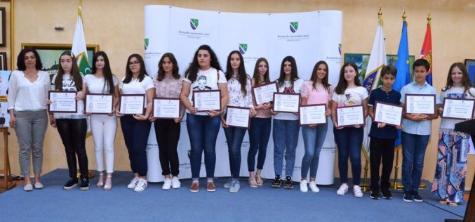 (Srpski) Nagrađeni najbolji učenici u nastavi na bosanskom jeziku